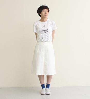 オールホワイトのコーディネートは、シルエットを大切に。 靴下のブルーで大人っぽくまとめた上品なコーディネートです。
