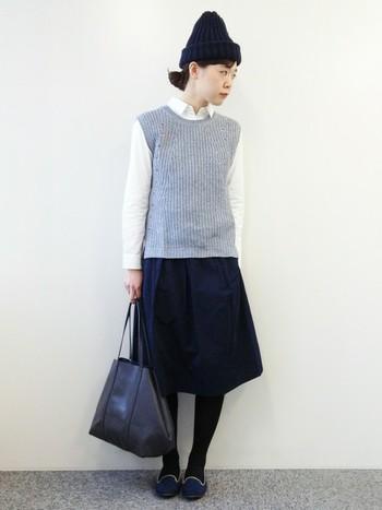 シャツ×スカートのモノトーンコーディネートに、中間色のグレーのベストを投入。 シンプルながらも、上品なスタイルに仕上がります。