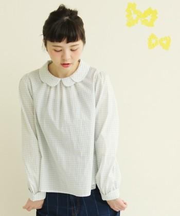 淡いカラーのギンガムチェックは、優しい雰囲気が素敵。 ちょうちょをイメージしてデザインされた襟が、かわいらしさを前面に押し出します。