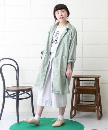 ホワイトコーディネートには、さらりと若草カラーのコートを羽織って。 優しいカラーを合わせれば、よりホワイトカラーが映えます。