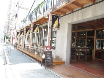 大阪・江戸堀にある、ワインとコーヒーの専門店、タカムラ ワイン アンド コーヒーロースターズ。地下鉄四ツ橋線肥後橋駅2番、8番出口より徒歩10分。 楽しい食事の後に提供されるコーヒーにまで配慮されているお店がまだまだ少ない…。そう感じる中で「食後においしいコーヒーが飲みたいな。」と思い、ワインで培った経験を生かしコーヒーを自家焙煎で始めたそうです。