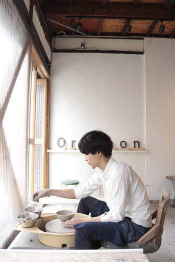 オルガノン・セラミックスタジオは、2014年8月にオープンした週末だけ開催の大人の陶芸教室。柔らかな日差しが心地よいスタジオです。決まったカリキュラムはなく、その人の技術に合わせて指導してくれます。