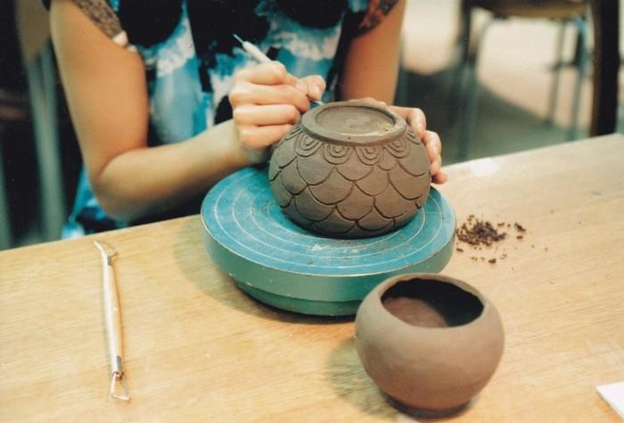 体験教室では、800gほどの粘土を使って好きなものを作ります。ビアグラスやカップ&ソーサーなど日常で使える器から陶の置物まで、手びねりのさまざまな技法が教えてもらえます。さらにつきつめてみたいと思った方には、一回のレッスンは2時間の月2回もしくは月4回のコースも用意されています。初心者から上級者までみんなが自由に通えるスクールです。