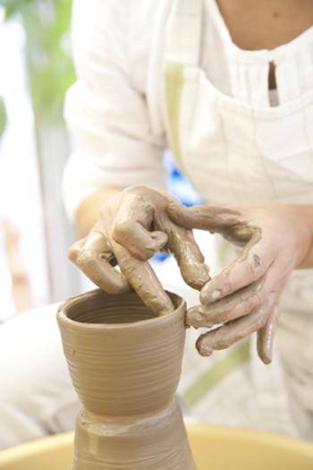 千秋工房は、中目黒にある陶芸教室。ブライダル用の陶芸コースや上絵付け、九谷の絵付け、和絵付けなどコースも多種多様です。