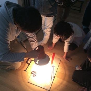 器を制作するだけでなく、淡路市と協力して「ものづくりワークショップ」のコーディネートをする活動もしています。参加している子供たちも真剣。