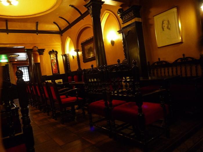 店内は落ち着いた照明とクラシック音楽の流れる贅沢な雰囲気。非日常なひとときを珈琲とともに。
