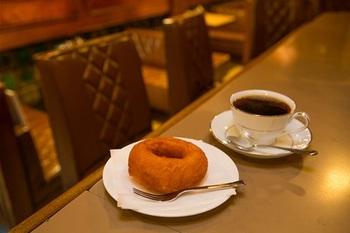 地下店独自のブレンドコーヒーは注文ごとに豆を挽き1杯ずつ丁寧にドリップ。そして外せないのが自家製ドーナツ。甘過ぎない昔ながらの手作り感溢れるドーナツで、ファンも多い人気メニューです。