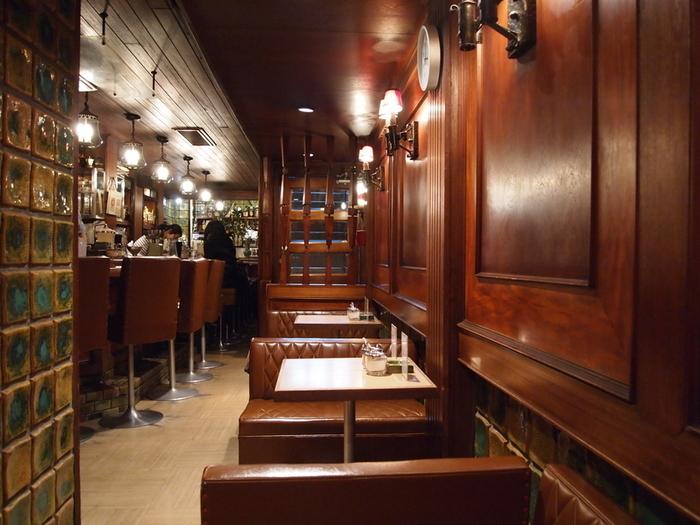テーブル席3つとカウンターのみのこぢんまりとした空間がよりまったりと気持ちを落ち着かせてくれます。
