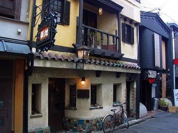 外国のレトロな町にひっそりと佇んでいそうな外観。昭和9年創業の、初代が好きだった築地小劇場にちなんで名付けられた老舗喫茶店。