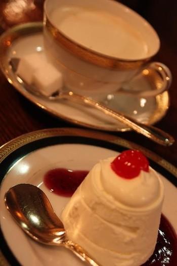 こちらはウインナーコーヒーを京都で始めて出したとして知られています。なんとレギュラーコーヒーがウインナーコーヒーなのです。クリームを入れることを考えられているので、コーヒー自体は濃いめ。ですので、ウインナーコーヒーというと甘ーいものを想像しますが、とても飲みやすくしあがっています。ムースケーキは濃厚なムースに赤いチェリーが懐かしくうれしいですね。