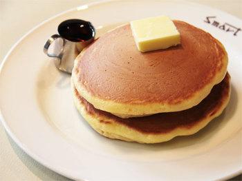 ホットケーキも人気。香ばしくふんわりとしたホットケーキは手作り感のある素朴な形が味わい深いです。どちらもセットで濃いめの珈琲がついてくるので甘みとマッチしてちょうど良し☆