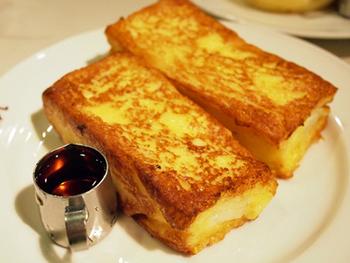 モーニングが有名なスマート珈琲店。人気のフレンチトーストは香ばしい焼き色がとっても食欲をそそります。厚みがあるのに卵液がちゃんと染みていてミルキー!そしてジュワッとふっくら美味しい♡ぺろりとたいあげられます。メープルシロップをかけると一段と深みのある味に。