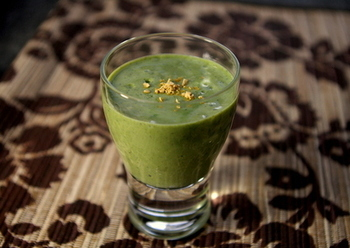 アボカドには身体が喜ぶ成分がいっぱい!ミネラルたっぷりのきな粉をプラスして、味にマイルドさを。