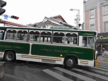 長野駅と善光寺を結ぶ「びんずる号」「ぐるりん号」が、10-15分おきに発着しています。