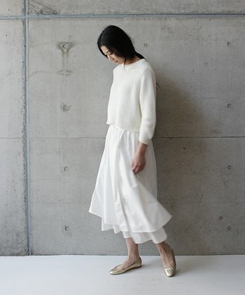 風になびくロングスカートは、この上なく女性らしさを引き出してくれます。