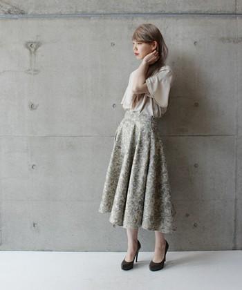 ウォーターカラーのフラワープリントのフレアスカート。 中にブラウスやシャツを入れて素敵な着こなしですね♪