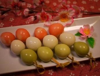 まるで3色だんご。 色付けしたうずらの卵を串に刺して。