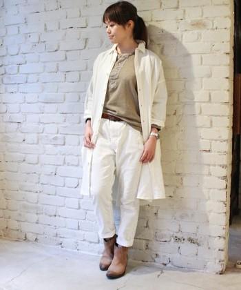 """""""JOURNAL STANDARD LUXE(ジャーナルスタンダード ラックス)"""" のワッシャー加工リネンシャツ。  白いパンツにベージュのインナーとシューズを合わせた軽やかなワントーンコーデです。"""