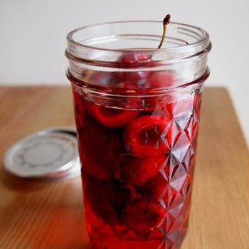 アメリカンチェリーの果実酢。こちらは、材料を弱火で煮て作るので、酸味が弱め。果実酢作りに慣れてきたら自分好みに分量を変えてよりアレンジしてみましょう♪