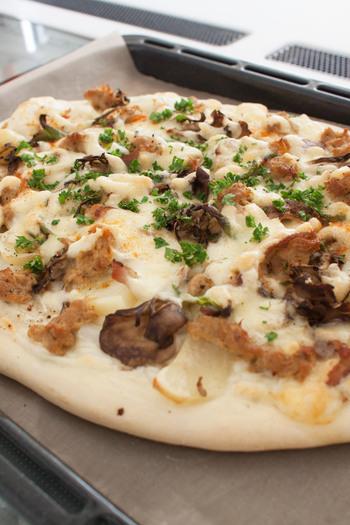 ホワイトソースベースのほくほくピザは、お子様にもおすすめ♪ツナをカレー風味にしても美味しいですよ! ピザ生地を少し厚めにすることで、食べ応えも抜群!お腹も大満足。
