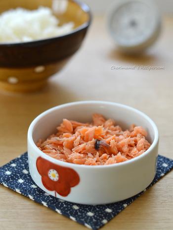 材料は塩鮭とみりんだけ。おにぎりに、チャーハンに、卵焼きに、パスタに・・・と、使い道いろいろ。