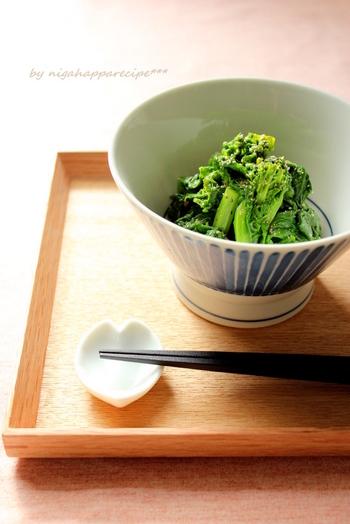 茹でて調味料と混ぜるだけの簡単保存食。シンプルで飽きのこないナムルは、小松菜やほうれん草で作っても。