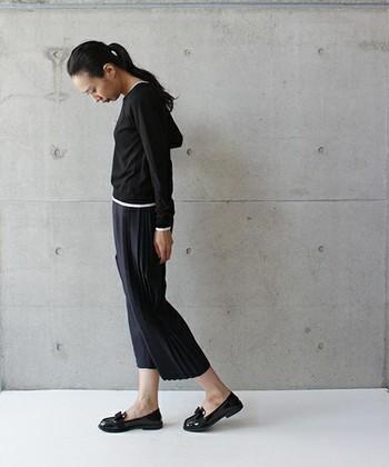 クロップド丈のパンツは女性らしさを強調してくれます! 細やかなプリーツあなたの個性を引き出しますよ。 エナメルのローファーできちんと感を出して。