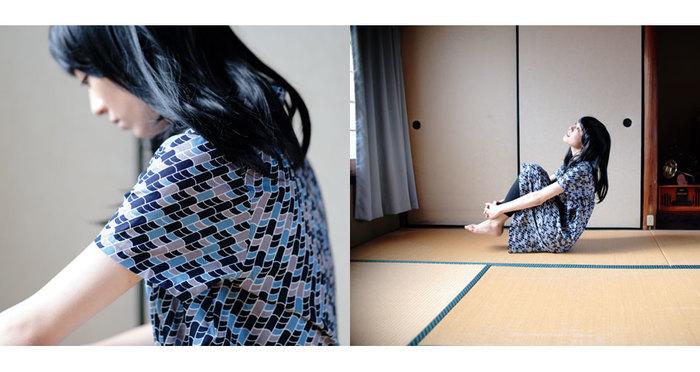 遠目で見ると花柄にも迷彩柄にも見えるこちらは、瓦。ネイビーとグレー、青色の瓦を描いた日本ならではのユニークなデザインです。