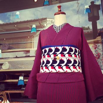 生き生きとした「錦鯉」がはねる、こちらは大塚呉服店でオーダー販売された帯。その他にも青衣の生地で草履が作られたそう。