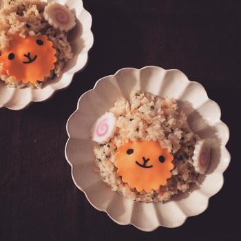 """マーガレットの深皿に盛り付けたチャーハンに、なるととチーズを飾り付けた""""ひつじチャーハン""""。お子さまも喜ぶかわいらしさです♪"""