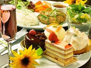 ちょっとしたごはんもありますし、紅茶やコーヒーとともに湯島「タント・マリー」のケーキが食べられます♪