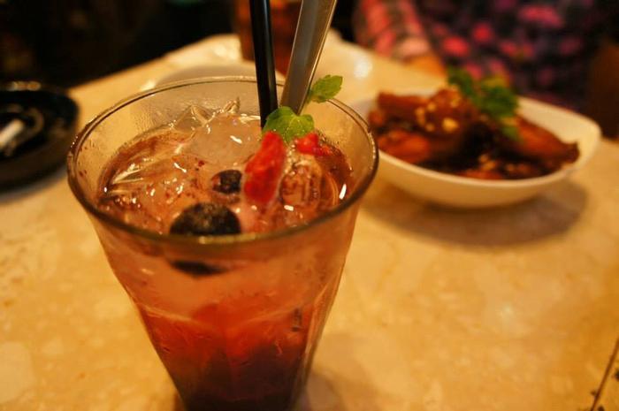 11:30~深夜2:00まで営業しているところも魅力。ドリンクは自家製サングリアや自家製レモンチェッロといったオリジナルカクテルをはじめ、アルコールもソフトドリンクも珍しいものがたくさん! こちらは見ためもかわいいクランベリージュース。大勢でもお1人でも楽しめる「Yonhome Cafe」、ぜひ一度は遊びに行ってみてほしいお店です。
