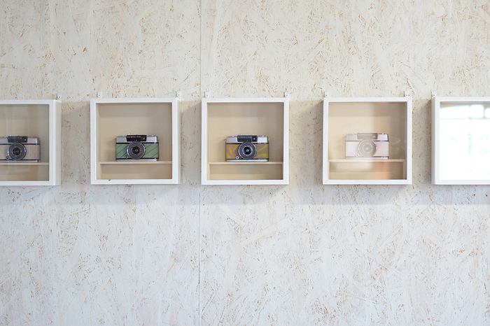 アトリエに飾ってあるRie-Cameのカスタムカメラ。現在は注文を受けてから一ヶ月待ちとのこと。