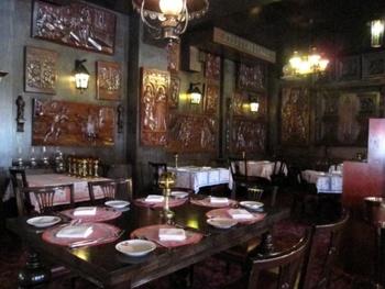 2階は重厚感のあるテーブルや椅子、ランプが特長でとても雰囲気があります。 食器やカトラリー、クロスも高級感がある大人向けのお店です。