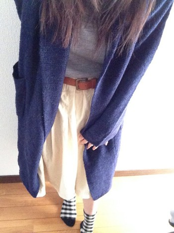 スカートと合わせてふんわりコーデにしても素敵ですね。 シャツをインすることで、だらっとした印象を回避することができますし、ベルトがアクセントとなってスタイルアップ効果も得られます。