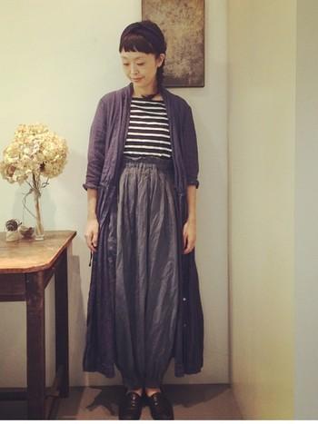 ゆったり感のあるバルーンパンツをハイウエストで履きこなしているのですっきりした印象になりますね。ネイビー系の色で統一感を出しています。