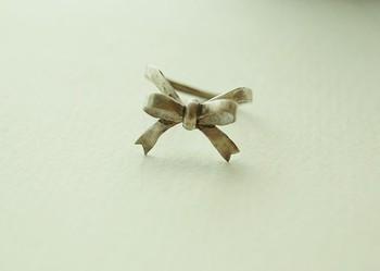 リボンの指輪です。華奢な作りとなっていますが、それがまた女性らしさを演出してくれます。パリッとしたコーディネートにちょっとしたアクセントとしても良いでしょう♪