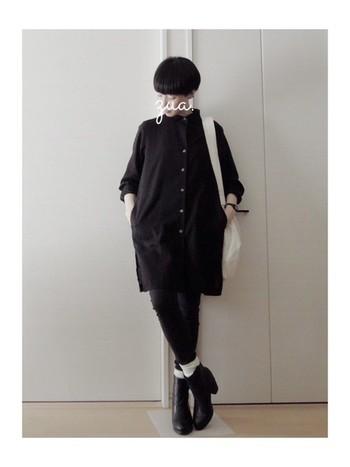 全身を黒で統一したモードなコーディネート。 ソックスとバッグの白でコーディネートに優しさをプラス。