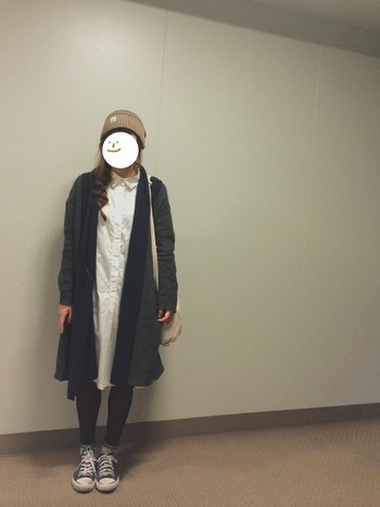 定番の白シャツワンピースをサブメインに、モノトーンカラーに仕上げたコーディネート。 ベーシックコンバースのシューズで、コーディネートにトレンド感をプラスしたスタイルです。