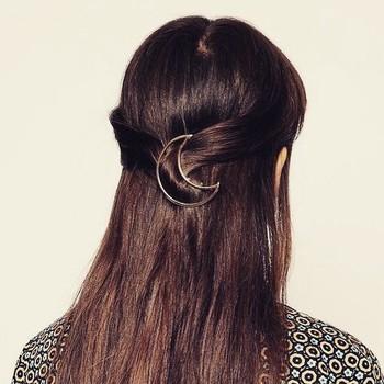 さりげない存在感が魅力的な三日月のバレッタ。アウトラインだけのシンプルさが、三日月の美しさを引き立たせています。髪のツヤを美しく見せてくれる効果も!