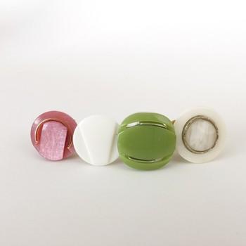 日本の上質なアンティークボタンを使った小さめバレッタ。どことなくレトロで懐かしい雰囲気が漂います。グリーンとピンクの柔らかい色合いがとってもキュートですね。