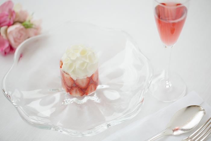 コースで楽しむデザート「ムニュ・デセール」。春は新緑の爽やかさを感じられる内容に。イチゴの甘さにふきのとうの苦味を加えたアシエットデセールと、焼き菓子など三品の豪華仕立て。