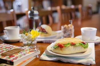 コーヒーショップ丸山珈琲で本格ドリップコーヒーの朝食もおすすめ。きりっとした苦味がさわやかな軽井沢の風のようです。
