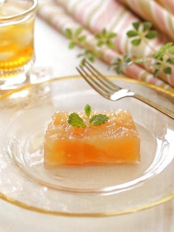 グレープフルーツゼリーをテリーヌ型に。 とってもフレッシュで果肉がギュッと詰まっています♪