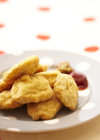 鶏胸肉をたたく時間がない方におすすめしたいのがこちらのレシピです。かたまり肉の代わりにひき肉を代用します。この時も粘り気が出るまでよく混ぜるのがポイントです。