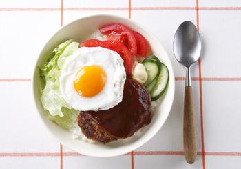 ロコモコ丼はボリュームたっぷりなうえに、野菜もしっかり摂れるのが良いですよね。