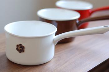 野田琺瑯の月兎印のミルクパンは14センチサイズ。持ち手のラインがすっと伸びて洗練された印象です。