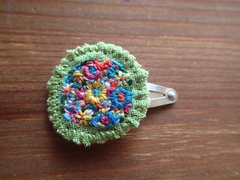 色とりどりの糸で施された刺繍がガーリー。まるで花畑の中にいるよう!シンプルなヘアにぽんとつければ、少女のようなナチュラルで愛らしい雰囲気に。