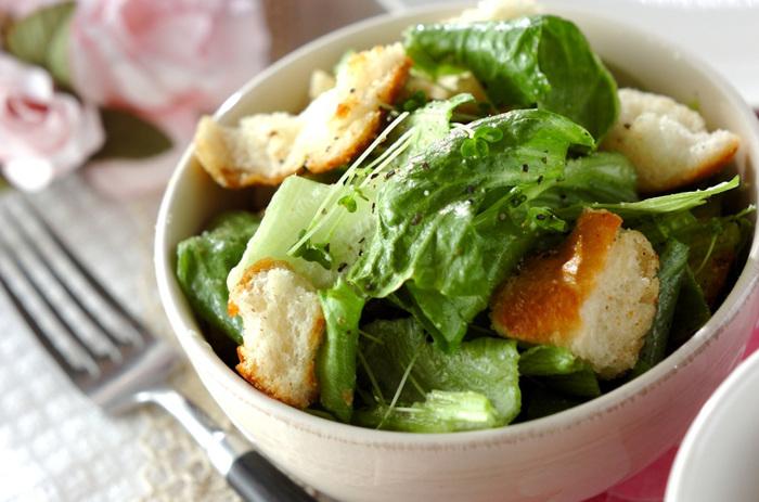生野菜のシャキッとした歯触りとフランスパンのモチッとした食感が楽しいパンサラダ。フランスパンの塩味と香ばしさでサラダの美味しさが格段にアップします。一皿でボリューム感があって、忙しい朝にちょうどいい簡単レシピですね。