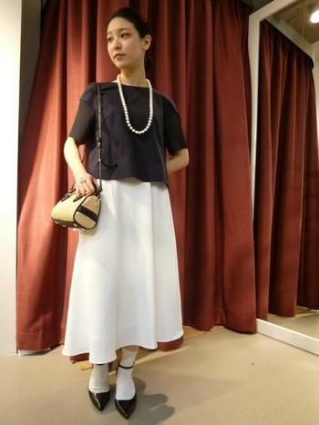 パールネックレスに白のロングスカートでとても上品なお出かけコーディネート。